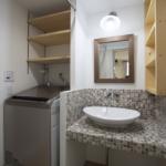 洗面所です。リビングや玄関とはまた違うタイル状のモダンなテイスト。全体を統一するという考えもありますが、空間ごとでコンセプトを変えるのも長い長い暮らしの上でもアクセントとなり重要な点でもあります。