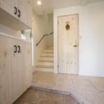 扉、玄関収納、シューケースの扉に白い木を使うことで壁や床と調和がとれています。