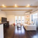品川区・約15坪。2サイドからの採光で、常に陽が射す明るいリビングの狭小住宅
