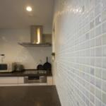 キッチン・カウンターダイニングの側面にはタイル状の壁。