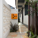 玄関へのアプローチ。左の飾り壁とこのタイルでバリ感増幅。ここを通るだけでウキウキしそうな造りです。