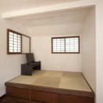 小さい和のスペース、段になっていることでふとした時に腰をかけられたり、食後にそのまま寝っ転がれたりとくつろげるスペース。障子もあり日本人にはたまりません。段のところには収納スペースもあり機能性も備えております。