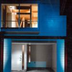1Fの裏、2Fは裏も表も大きな窓を設置することで、狭小住宅の永遠の問題と言える「採光」も解決。