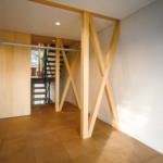 柱の補助として「X」字型の補助柱を採用することで、強度の問題と住居の奥までも外光が届くような構造になっているようです。