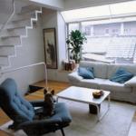 2Fのリビングの部分。大きい出窓を設けて採光とインテリアスペースの両方に機能的なのがいいですね。狭小住宅で重要なのが階段。採光・空間・安全、全てに配慮している階段と言えるでしょう、素敵です。